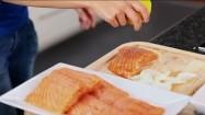 Skrapianie ryby sokiem z cytryny