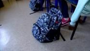 Plecaki leżące przy szkolnych ławkach