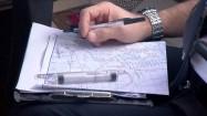 Pilot studiujący mapę lotniczą