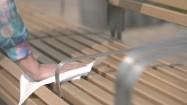Wycieranie ławki chusteczką higieniczną