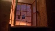Okno z kratami
