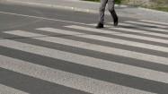 Mężczyzna na przejściu dla pieszych