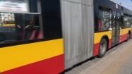 Autobus miejski podjeżdżający na przystanek