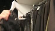 Ubrania na wieszakach w butiku