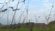Turbiny wiatrowe w oddali