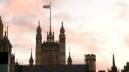 Flaga Wielkiej Brytanii powiewająca nad Pałacem Westminsterskim w Londynie