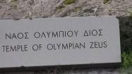 Tabliczka z napisem: Świątynia Zeusa Olimpijskiego - po grecku i po angielsku