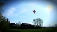 Balon nad budynkami