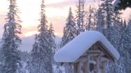 Drewniane chaty pod śniegiem