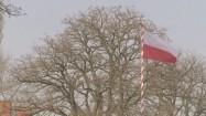 Flaga Polski powiewająca na wietrze