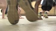 Ćwiczenia - wyrzuty nóg