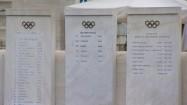 Mistrzowie olimpijscy wypisani na marmurowych słupach