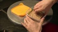 Wyjmowanie kanapki z pojemnika