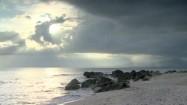 Morskie fale uderzające o kamienie na plaży