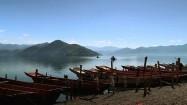Łodzie zacumowane na brzegu jeziora Lugu Hu