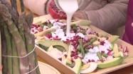 Wlewanie śmietany do sałatki warzywno-owocowej