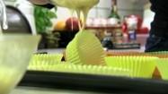Nakładanie ciasta do papilotek