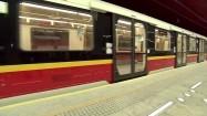 Metro zatrzymujące się na stacji
