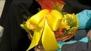 Koszyczek wielkanocny z żółtą kokardą