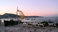 Pusta łódź na plaży