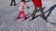 Narciarze na śniegu