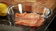 Układanie plastrów łososia w naczyniu żaroodpornym