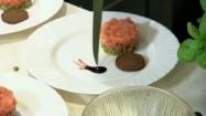 Dekorowanie talerza z tatarem z łososia