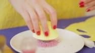 Ozdabianie babeczki różowymi cukierkami