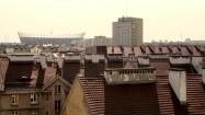Stadion Narodowy w Warszawie za dachami budynków