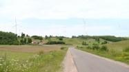 Krajobraz z elektrowniami wiatrowymi w tle