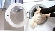 Wkładanie prania do pralki