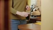 Kobieta pijąca napój ze spiruliną