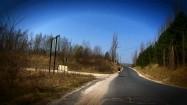 Rowerzysta na drodze asfaltowej