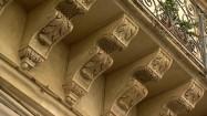 Dekoracyjne wsporniki pod balkonem