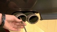 Wkładanie analizatora spalin do rury wydechowej