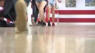Uczniowie na szkolnym korytarzu