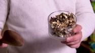 Dodawanie suszonych grzybów do potrawy