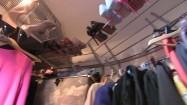 Buty i ubrania w garderobie