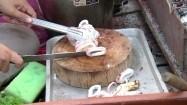 Uliczne jedzenie - krojenie kalmara
