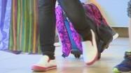 Uczennica ciągnąca plecak na kółkach