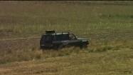 Samochód terenowy na polnej drodze
