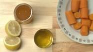 Cytryna, miód, olej i marchewka na kuchennym blacie
