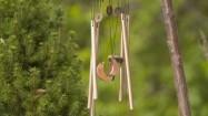 Dzwonki wietrzne i hamak w ogrodzie