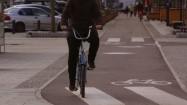 Rowerzysta jadący po ścieżce rowerowej