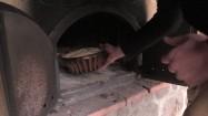 Wkładanie baby drożdżowej do pieca