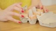 Wlewanie panna cotty do skorupki po jajku
