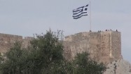 Flaga Grecji powiewająca na Akropolu