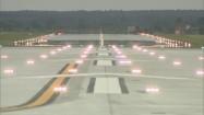 Oświetlony pas startowy na lotnisku