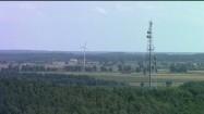 Wieża przekaźnikowa i elektrownia wiatrowa