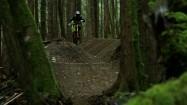Jazda rowerem leśną trasą